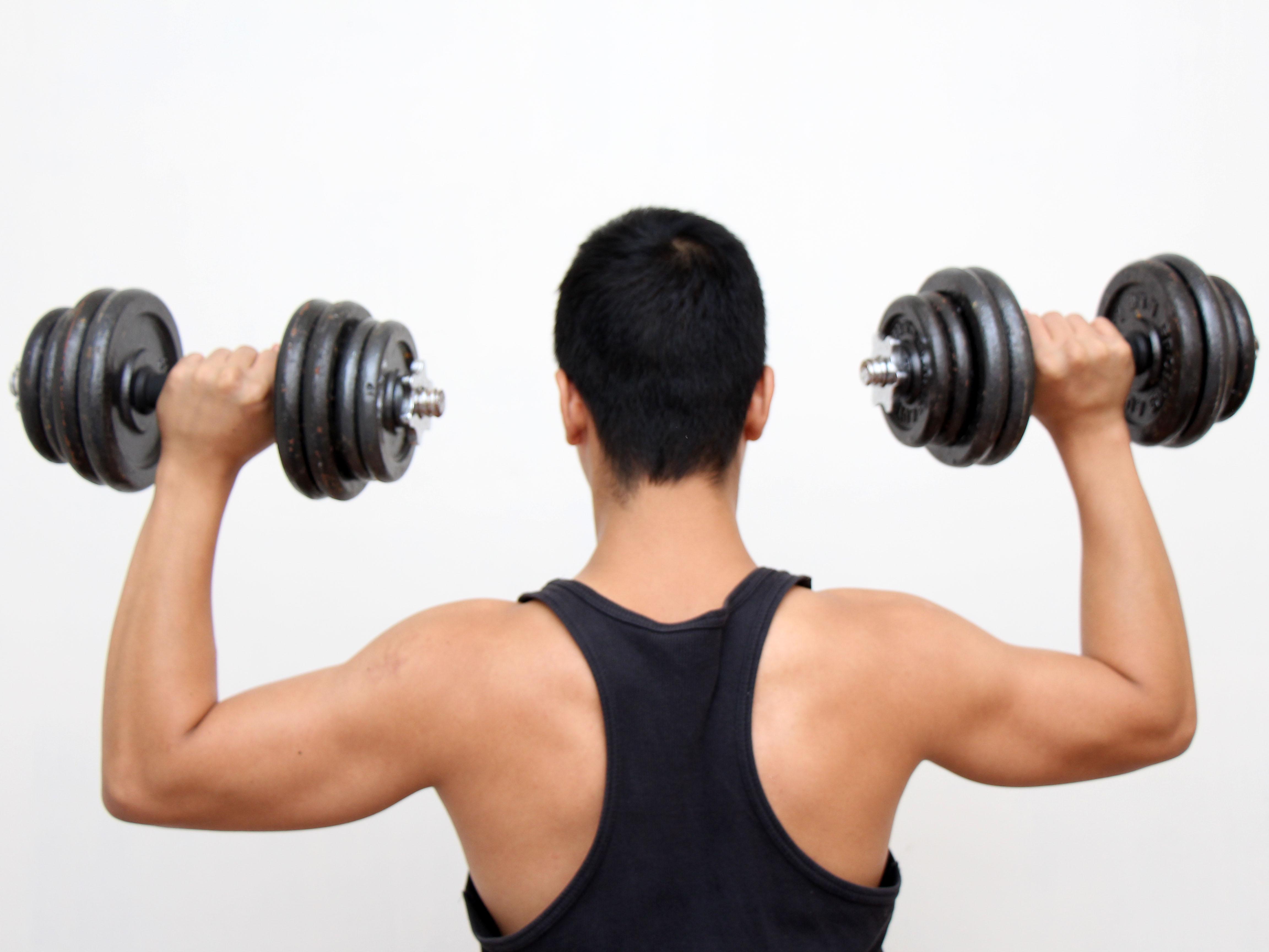Träna styrka på gym eller hemma