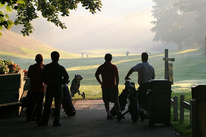 Golfande grabbar